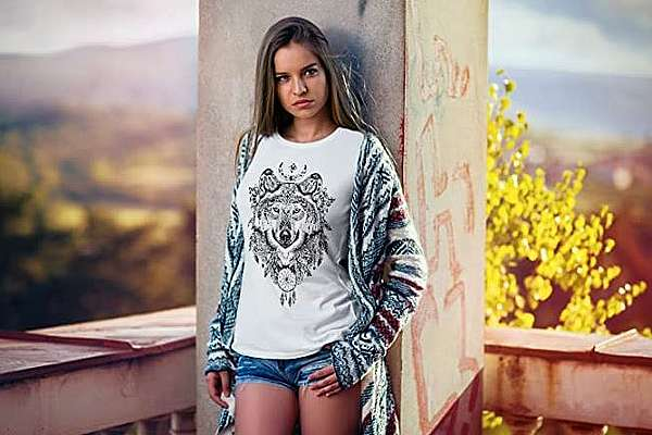 Dame mit Wolf T-Shirt